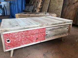 Table avec portes coulissantes sérigraphiées